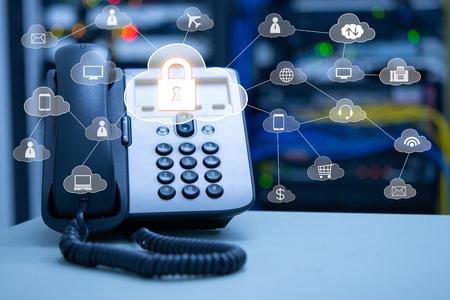 Concetto di servizi cloud di telefonia IP, dispositivo telefono ip su data center sfocato e connessione dell'icona di servizi cloud