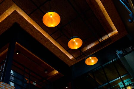 Vintage style light bulb hanging on ceiling in coffee shop Banque d'images - 132111073