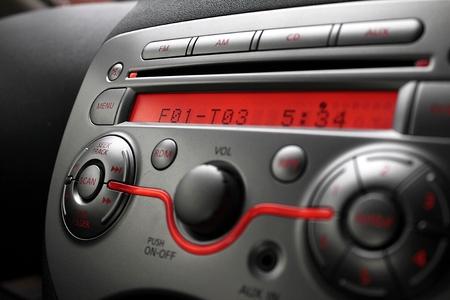 Pannello di controllo di audio giocatore dell'automobile primo piano Archivio Fotografico - 60098128