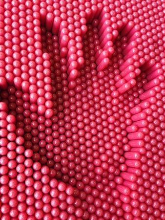 prin: Impresión de la mano en el fondo rojo del juguete pasadores, tablero de juegos infantiles para la mano de impresión