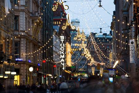 HELSINKI, FINLAND - 17 DEC 2017: Heldere centrale straten in Helsinki tijdens Kerstmis. Veel mensen, vakantieverkopen en felle decoraties. Stad versierd met kerstverlichting Redactioneel