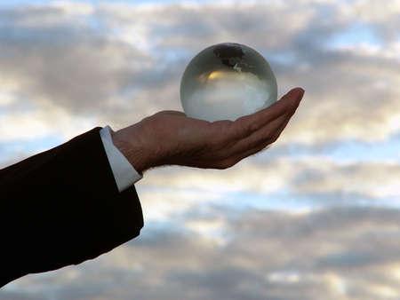 Man bedrijf wereldbol met zijn zijn hand naar de hemel.