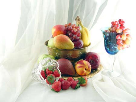 ブドウ、ネクタリン、りんご、梨、バナナあふれる真鍮製ボウル、イチゴ、ブドウ。