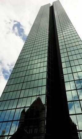 towering: rascacielos de oficinas de alto alcance en el cielo torres de la iglesia m�s reflejado en el espejo de los paneles de vidrio