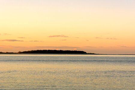 バック グラウンドで土地とイプスウィッチ マサチューセッツ州クレーンのビーチの夕日