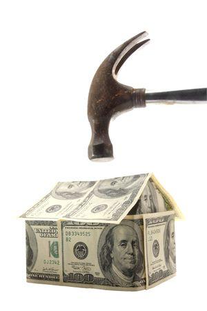 investment real state: Martillo a punto de aplastar una casa hecha de 100 d�lares de los EE.UU. facturas - foto concepto de hogar crisis hipotecaria