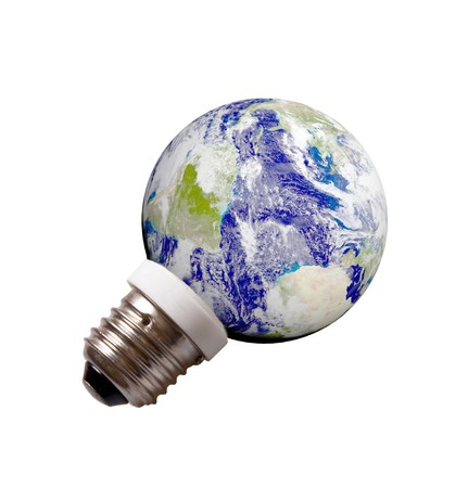 planeta verde: planeta tierra sobre un pedestal como energ�a guardar l�mpara aislado sobre fondo blanco. Concepto de ahorro de energ�a