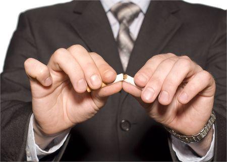 ordenanza: No fumar. Una mano de aplastamiento de cigarrillos