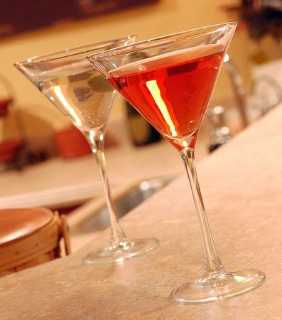 distilled water: Dos vodka martinis en el establecimiento de un bar