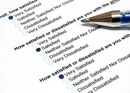 Klant tevredenheid enquête met pen aan de kant Stockfoto - 3808064