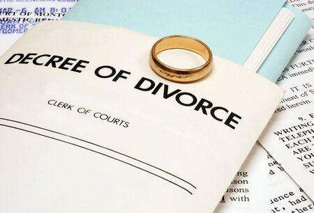 Echtscheiding decreet en trouwring symboliseert het einde van een huwelijk