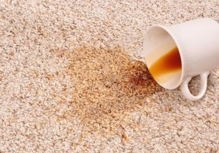 Gemorst koffie op het tapijt
