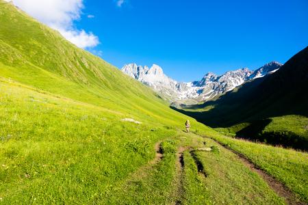 The tourist goes along the trail to the Chauhi mountain range. Juta. Georgia 版權商用圖片 - 92524945