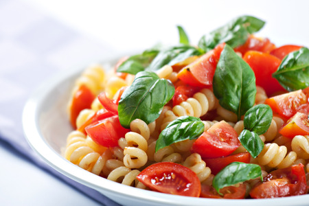 Pasta met verse tomaten en basilicum Stockfoto