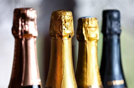 テーブルの上のシャンパンのボトル 写真素材