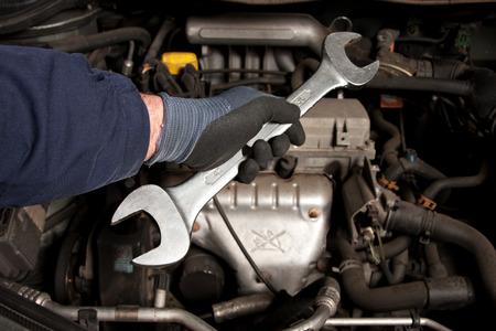 機械は、ガレージに車を修復します。 写真素材