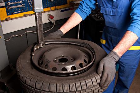 機械は、ガレージでタイヤを修復します。 写真素材