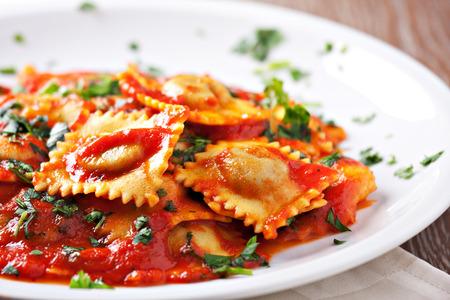 jídlo: Ravioli s rajčatovou omáčkou Reklamní fotografie
