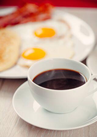 パンケーキ、ベーコンと卵とコーヒー