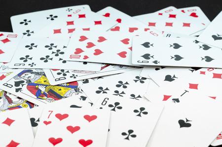 Spielkarten auf schwarzem Hintergrund isoliert Standard-Bild - 34280473