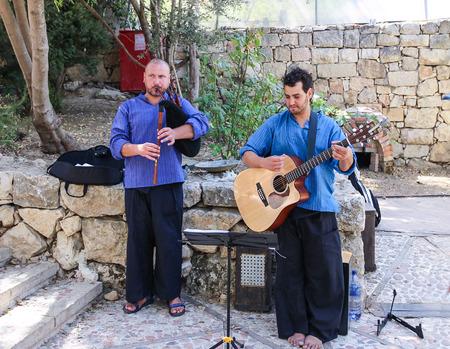 gaita: Jerusal�n, Israel-Septiembre 19, 2013: m�sicos de la calle jugando en la calle a la gaita y la guitarra en Jerusal�n, Isarel Editorial