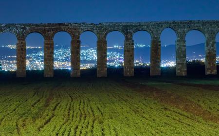Les vestiges d'un ancien aqueduc romain entre Acre et Nahariya la nuit