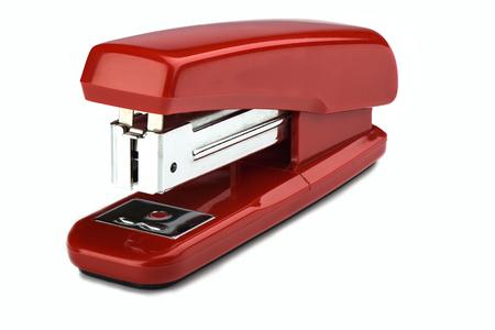 Antigua grapadora roja de uso constante aislada sobre fondo blanco. Copie el espacio. de cerca Foto de archivo