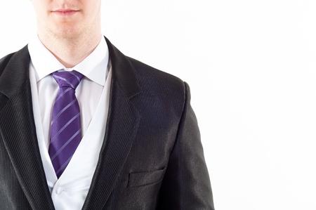 acomodador: J�venes buisnessman con corbata p�rpura sobre fondo blanco Foto de archivo