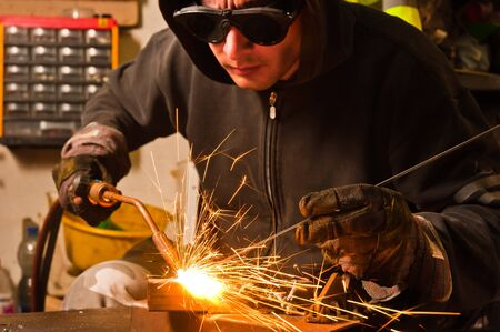soldadura: trabajador de soldadura con chispas y llamas caliente Foto de archivo