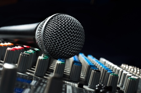 mezclador: Parte de un mezclador de sonido de audio con un micr�fono Foto de archivo