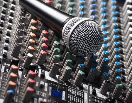 geluid: Een deel van een audio-sound mixer met een michrophone