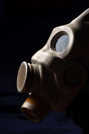gasmask: Primo piano di un gasmask con sfondo blu scuro
