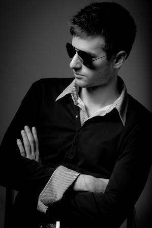 composure: Ritratto di un giovane uomo che indossa occhiali da sole in bianco e nero