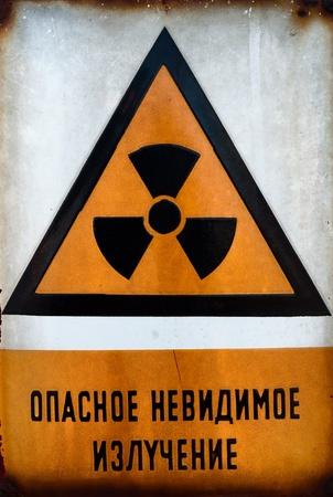 radioattivo: Beware russo del segno di radiazione in metallo Archivio Fotografico