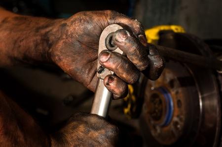 hard worker: Difficile uomo che lavora con le mani piene di olio