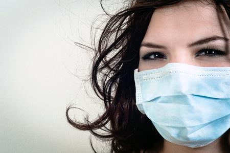 polvo: Una ni�a en una m�scara de protecci�n contra el fondo blanco aisladas