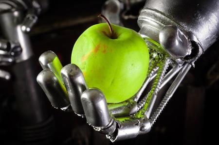 Een robot hand met een frisse appel-up