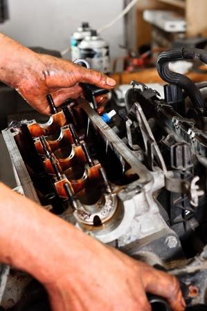 herramientas de mec�nica: Las manos de un trabajador de la reparaci�n de la rotura del motor