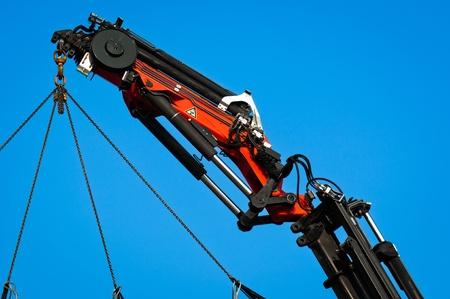 crane parts: Neum�tica industrial de la gr�a contra el cielo azul