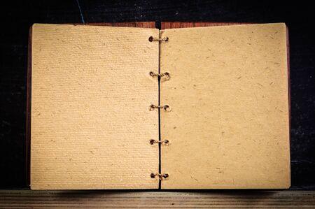 Libro aperto agains bordo scuro