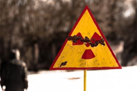 radiactividad: Radiactividad s�mbolo sobre fondo borroso en Chernobyl
