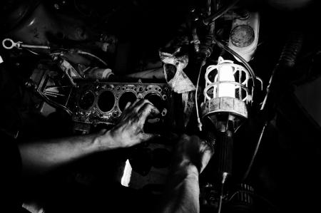 mecanico automotriz: Las manos de un trabajador de la reparaci�n interior del coche