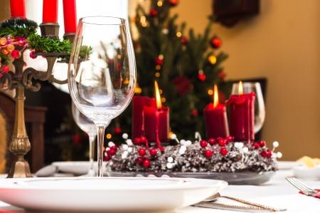 cena navide�a: Prepare la mesa de Navidad dentro de una casa