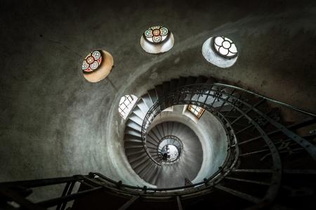 escaleras redondas en un ngulo de tiro iglesia foto de archivo