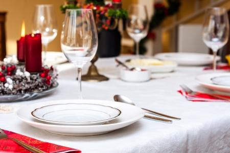 cena de navidad: Prepare la mesa de Navidad dentro de una casa