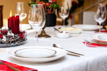 Set up christmas table in einem Haus