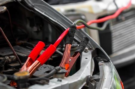pila: Carga de coche con los cables de electricidad m�nimas Foto de archivo