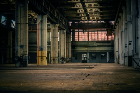 pared rota: Un interior industrial abandonado en colores oscuros Foto de archivo