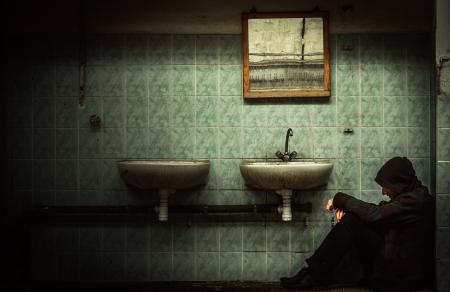 muro rotto: Un interno industriale dismessa con un uomo depresso