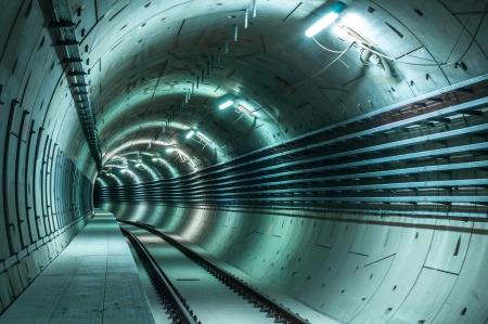 지하에: 깊은 선도하는 큰 터널과 지하 시설 스톡 사진